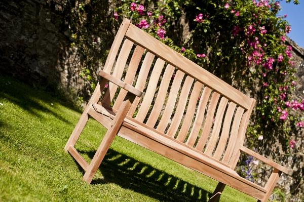 wygodna ławka ogrodowa